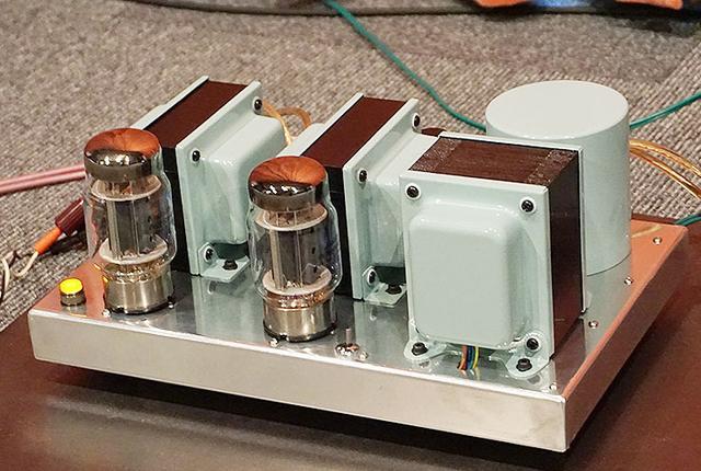 画像: 是枝氏設計の管球式ステレオパワーアンプ「PLA87」は、クールな外観と美しい響きが魅力の高コスパモデルだ