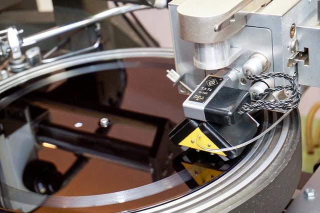 画像: ミキサーズラボ ワーナーミュージック・マスタリング、アナログレコードのカッティングマシンを導入