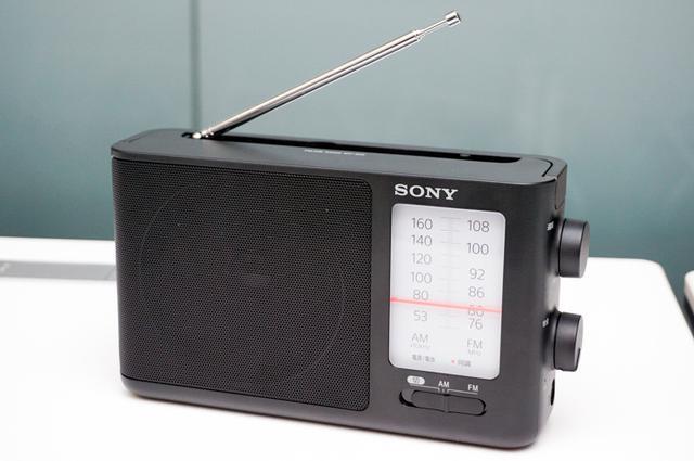 画像: ソニーが日本語表示で使いやすいラジオ2機種を発表。据え置き型「ICF-506」と、名刺サイズの「SRF-T355」