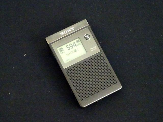 画像: ソニー、100時間使える名刺サイズのラジオ「SRF-R356」、4月14日に13000円で発売。巻取り式イヤホン付