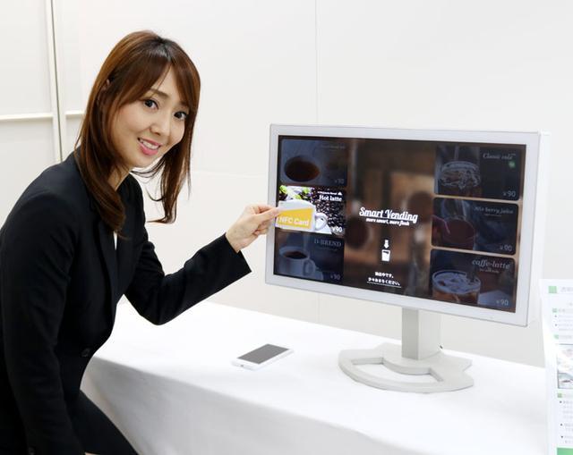 画像: シャープ、透明なNFCアンテナを内蔵した液晶ディスプレイを開発。決済、認証が画面上のどこでも可能に