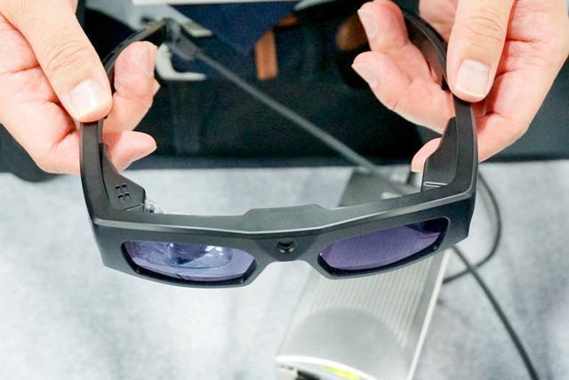 画像: 【CES2018速報05】CESで見つけたオモシロ製品:映像を網膜にレーザー照射するメガネや、衣類自動折りたたみ機等など