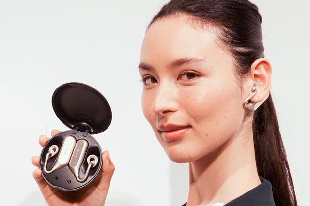 画像: ソニーモバイルの完全ワイヤレスイヤホン「Xperia Ear Duo XEA20」は、曲を聴きながら隣の人と話せる新発想のデバイス