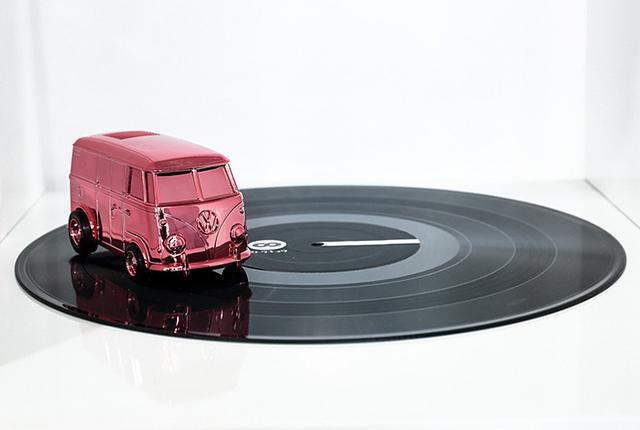 画像: レコード盤の上を走って音楽を再生、自走式アナログレコードプレーヤー「RECORD RUNNER」に限定色が登場
