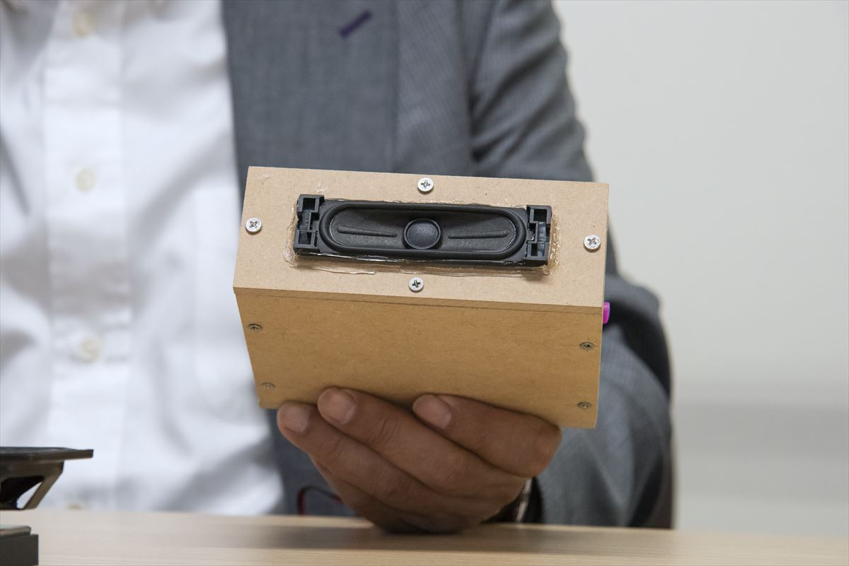 画像: 山本さんがMDF製の試作エンクロージャーを見せてくれた