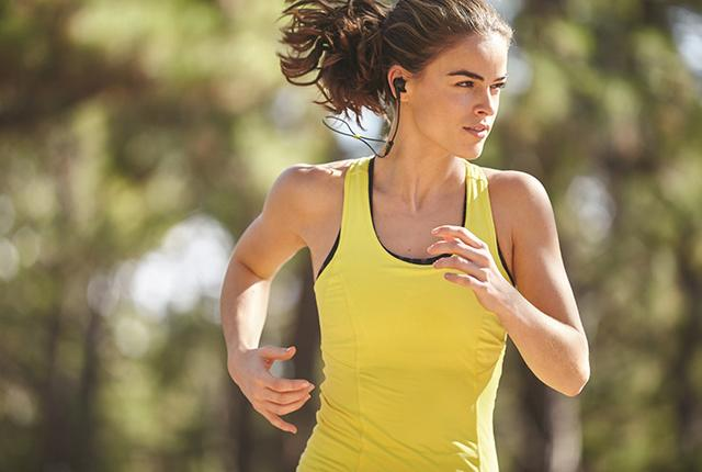 画像: ジャブラのBluetoothイヤホンSport Pulse。心拍センサーや音声コーチングで運動をサポート