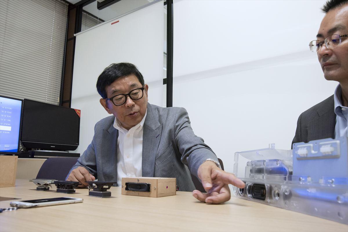 画像: 山本さんがユニットやツイーター、バスレフポートについて詳しく解説してくれた