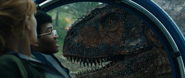 画像: ジャイロスフィア(ジュラシック・ワールド内を移動する乗り物)に迫るカルノタウルス