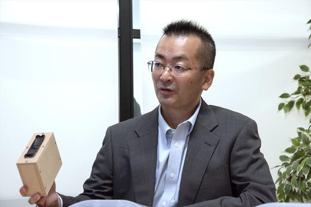 画像: 市川さんもこのMDF製エンクロージャーを手に、今回の協業の成果と、今後の可能性について熱く語ってくれた