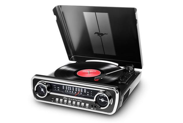 画像: フォードマスタングのカーラジオを模した「Mustang LP BK」発売レコードからUSBへの録音も可能