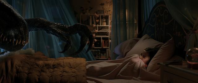 画像: 遺伝子操作で生み出された恐竜、インドラプトルがベッドの少女に近づくシーンは、影の演出も相俟って恐怖が募る。鋭い爪が恐ろしい