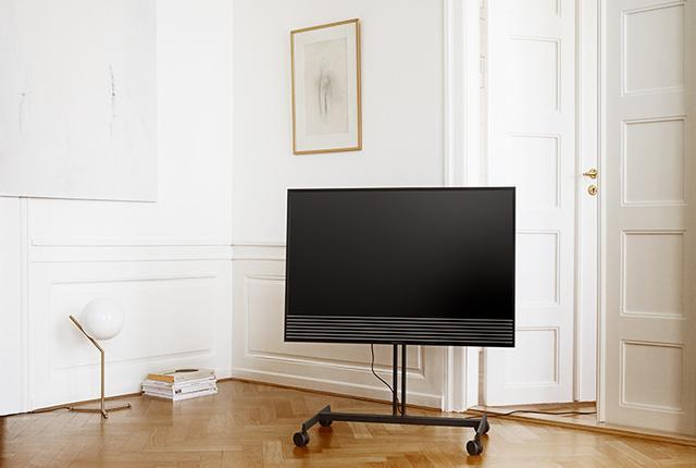 画像: B&Oの4K液晶ディスプレイ「BeoVision Horizon」。空間に溶け込むミニマルデザイン