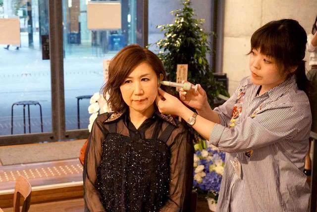 画像: 高橋さんは、発表会後に耳型を採取していた