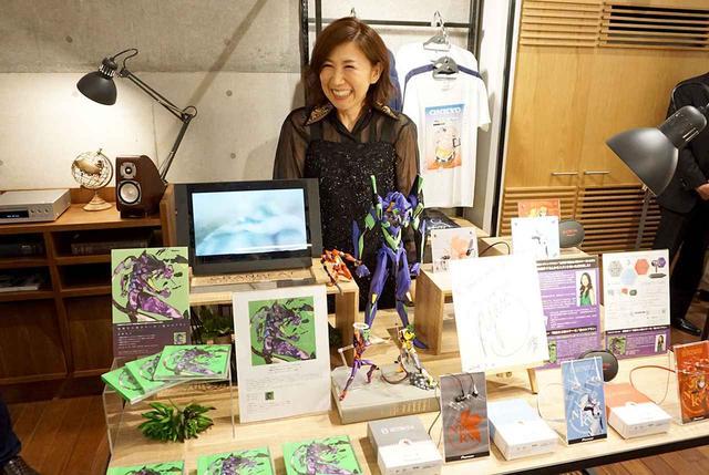 画像: 内覧会で「ONKYO BASE」を訪れた高橋さん。新世紀エヴァンゲリオンコーナーの前で満面の笑み