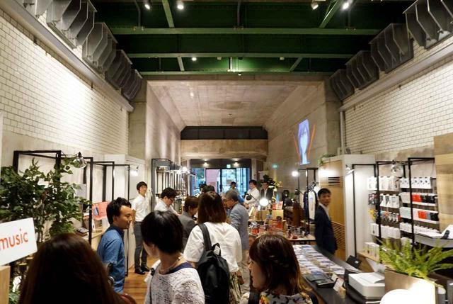 画像: 入り口付近から見たところ。建物の端まで「ONKYO BASE」となっている