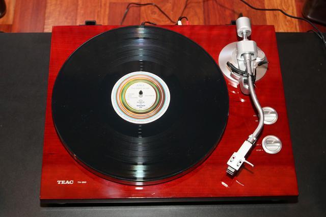 画像: 30cm径のアナログレコード(LPレコード)を回転させ、溝に刻まれた音を、レコード針を通して再生する。その見た目も含めて機器を操っているという感覚を強く味わえるのもアナログの魅力だろう
