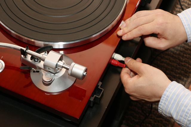 画像: アクティブスピーカー「TW-9」に付属しているRCA→3.5mmステレオミニケーブルを使って、プレーヤーとスピーカーを接続(結線)する