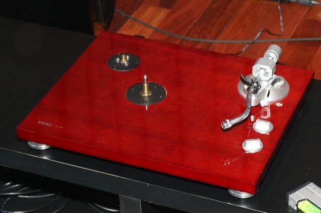 画像: TN-350を箱から出した状態。レコード盤を載せるプラッターとレコード針は破損を防ぐために外されている