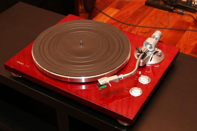 画像: 試聴に使ったティアックのアナログプレーヤー「TN-350」。価格は大手家電量販店でも3.2万円ほどで購入できる。アナログレコード再生に必要な機器が一揃えされているオールインワンシステムだ