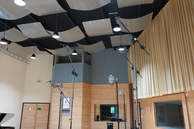 画像: スタジオ内でもっとも広いという「ギャラクシー・ホール」。330㎡もの広さがあるそうで、60〜70人クラスの大編成録音をすることもあるという。もちろん、マルチチャンネルでの収録に対応する