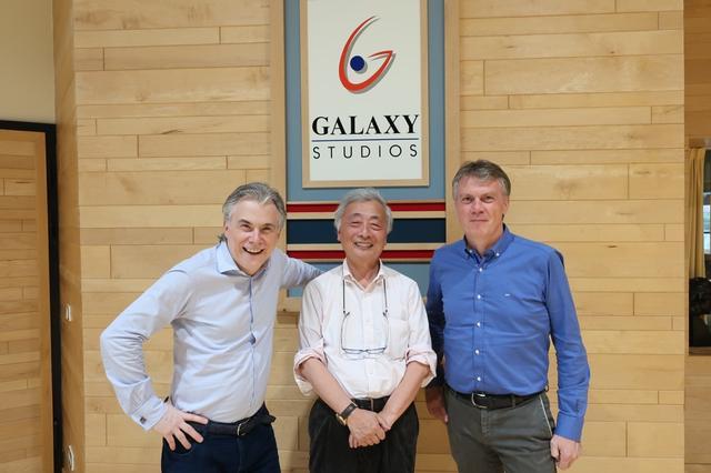 画像: 兄弟でギャラクシー・スタジオを興したヴィルフリート・ヴァン・ベーレンさん(左)とガイさん(右)。中央が麻倉さん