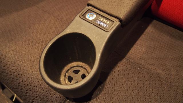 画像: カップホルダーの上にあるスイッチで、水の演出の有無を切り替えられる