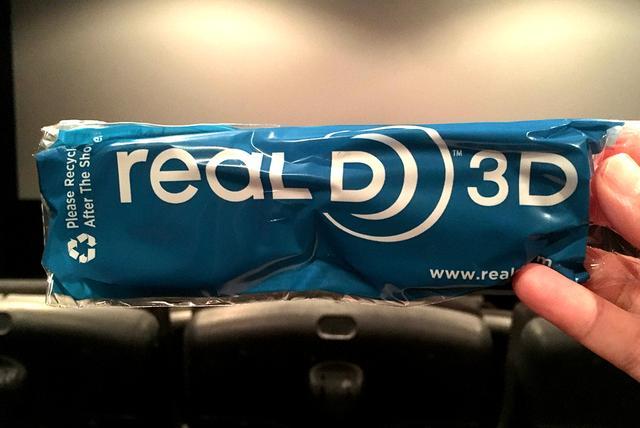 画像: リアルD製の3Dメガネ。この袋に入っていたものなら、持参すれば100円引きだ。ただしIMAX 3Dのメガネは使えないので注意