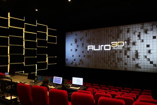 画像: こちらは映像作品のリファレンスシアター「オーロトリアム」。座席の中央にコントロールブースが置かれる