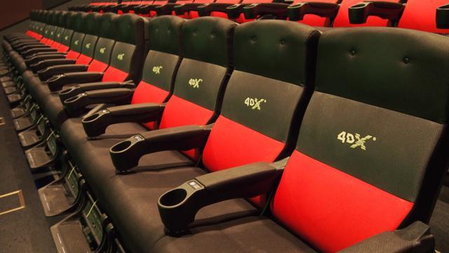 画像: それぞれに足置きが付いていて、座面はかなり高い位置にある