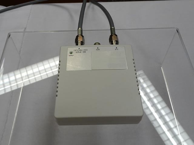 画像: 今回発表された専用アダプター。大きさはスマホ大で、アンテナの入出力を装備する