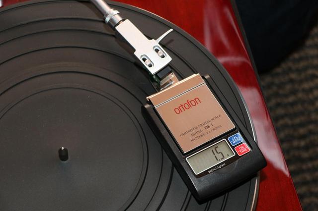 画像: より厳密に針圧を調整したい場合は、針圧測定器を使うといい。液晶部分に「1.5g」と表示されており、きちんと調整が行なえたことが分かる