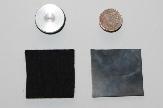 画像: 水平が取れない場合は、レコードプレーヤーの足(フット)の下に、インシュレーターや10円玉、あるいはフェルトなどを挟んで、水準器がきちんと水平になるように調整する