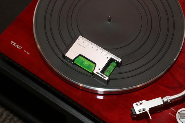 画像: レコードプレーヤーは、オーディオラックなどしっかりとした台の上に設置したい。その上で、きちんと水平が取れているかチェックするといい。水準器を使えば、2方向(左右方向と手前→奥行方向)の水平が測定できる