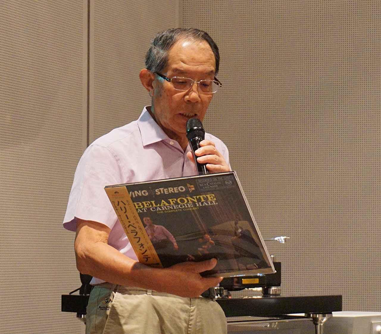 画像: 『ハリ・ベラフォンテ〜』のレコードをかける西川氏