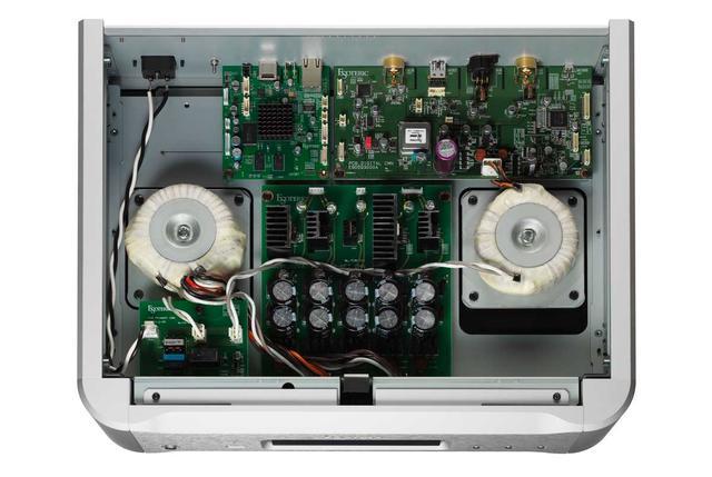 画像: 電源はネットワークモジュール用とその他のデジタル回路用に振り分けられ、それぞれに独立した大容量トロイダルトランスを備える。またネットワークモジュール専用電源には1F(1,000,000μF)の大容量スーパーキャパシター「EDLC(Electric Double-layer Capacitor)」を装備するほか、大容量フィルターコンデンサー、ショットキーバリアダイオードを用いることが特徴だ