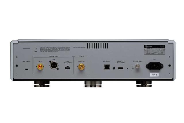 画像: デジタル音声出力はUSBタイプAの他、同軸とAES/EBUを各1系統を装備。同軸とAES/EBUはPCM192kHz/24ビットまでとDSD2.8MHz/1ビットのDoP出力に対応する。クロック入力用BNC端子も備えている