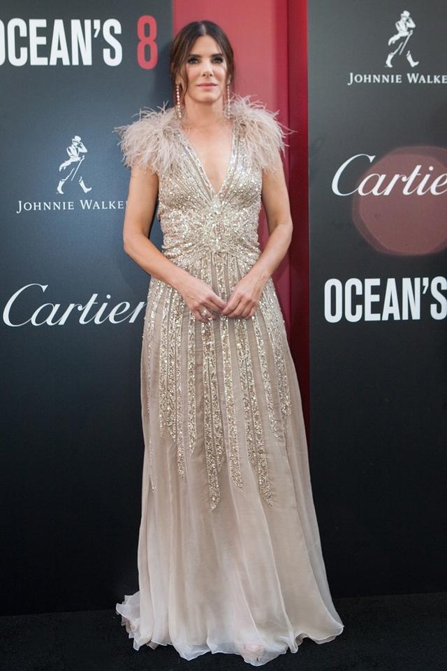 """画像: サンドラ・ブロックはレバノン発のブランド""""エリーサーブ""""のドレスを着こなす"""