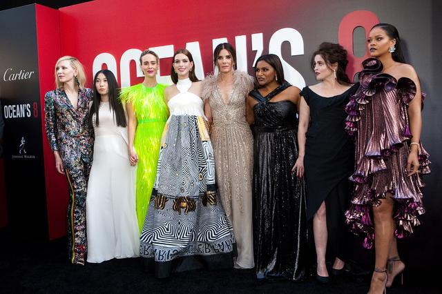 画像: 今年6月、NYワールドプレミアに登場した『オーシャンズ8』の面々。左より、ケイト・ブランシェット、アウクワフィナ、サラ・ポールソン、アン・ハサウェイ、サンドラ・ブロック、ミンディ・カリング、ヘレナ・ボナム=カーター、リアーナ