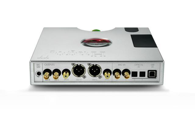 画像: 「Hugo TT 2」のリア。入出力端子は充実しており、左端にあるBNC DX端子は将来の機能拡張用