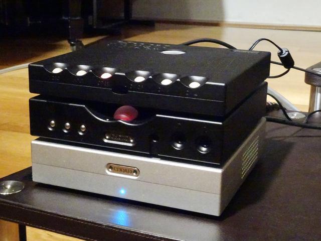 画像: 「Hugo TT 2」と「Hugo M-Scaler」、「TTobby」はシステム展開できるように同じ寸法にまとめられている。写真のように3段重ねすることも可能だ