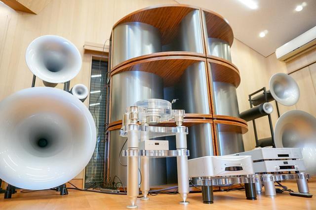 画像: その奥には独Avantgarde Acousticの超弩級ホーンスピーカーシステム「TRIO XD」(1ペア)+「BASSHORN XD」(3ペア)が鎮座している。組み合わせているアンプやプレーヤーは取材当時のもの