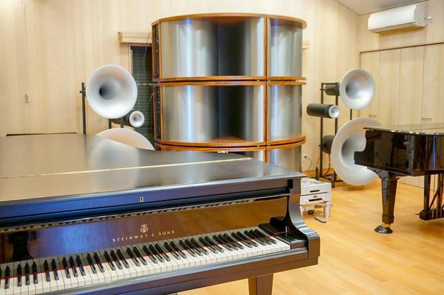 画像: ホール内には、カマニ社長夫人が営む音楽教室の発表会向けにピアノを常設