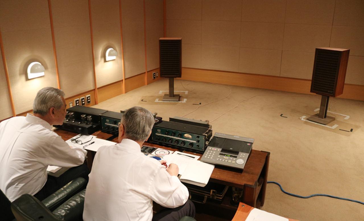 画像: 企画の試聴風景。一音たりとも聞き逃すまいとするまさに真剣勝負の趣