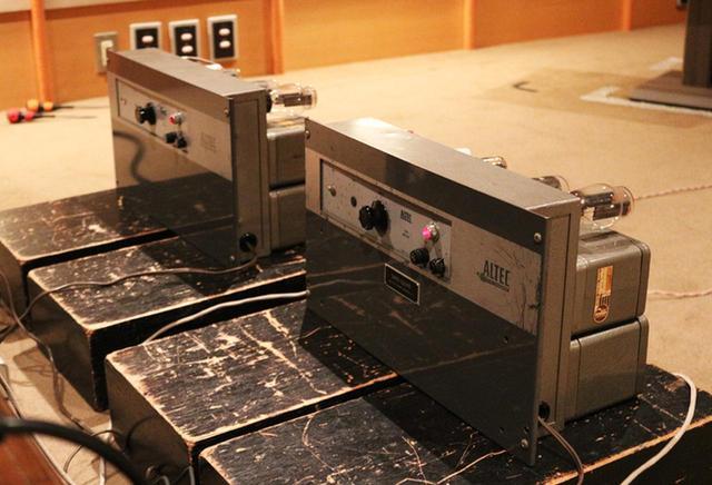 画像: パワーアンプはアルテックの「1520T」。モノーラル仕様のため2台を使っている。ウエスタン サウンド インクによって入念なメンテナンスが施され、製造から60年近く経っているとは思えないほど、状態もよい