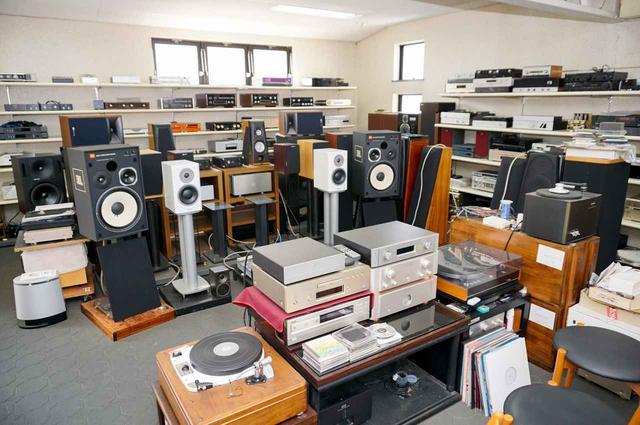 画像: 2階に登るとそこには、比較的コンパクトなスピーカーと各種オーディオコンポーネントがズラリ