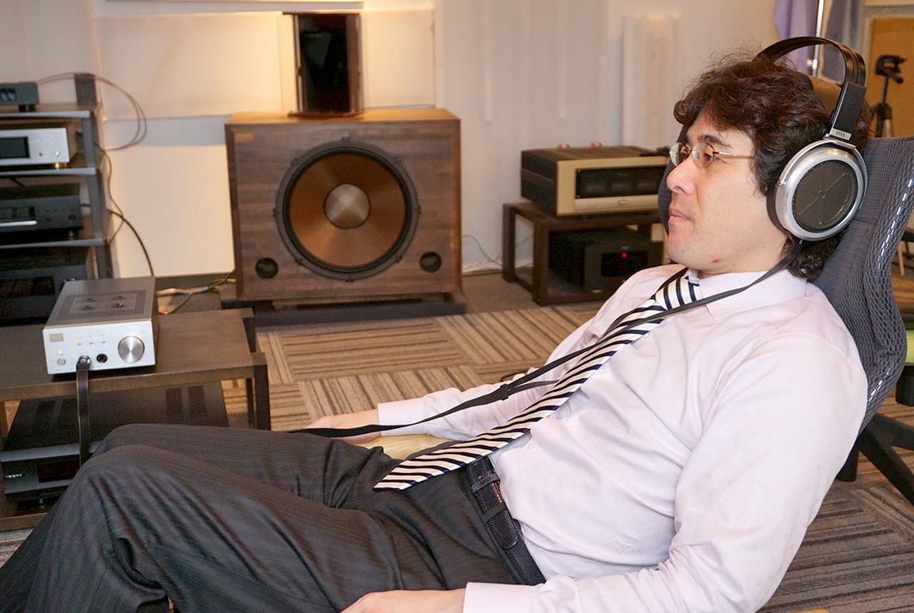 画像: 試聴時の様子。筆者の木村さんはリラックスして音楽に没頭していた