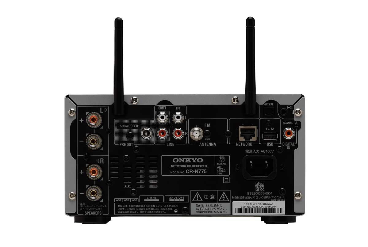画像: 入力端子はアナログ音声入力(RCA)を1系統、デジタル入力は光と同軸をそれぞれ1系統を備える。出力端子はアナログ(RCA)、サブウーファープリアウト、ヘッドホン出力を各1系統を装備する