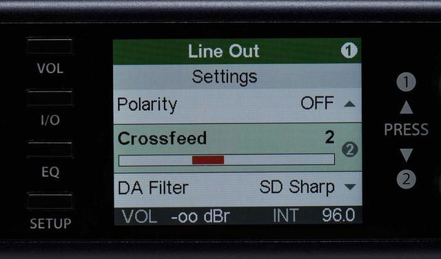 画像: Crossfeed(クロスフィード)とは、ヘッドホン再生時にスピーカーで聴いている時のような音場再現に近づける補正技術。オフのほか、クロスフィード量の違いによる5段階が選択できる。その下のDA Filterは4種類のオーバーサンプリングフィルターの設定項目で、初期設定はもっともリニアな周波数帯域を持つとする「SD Sharp」