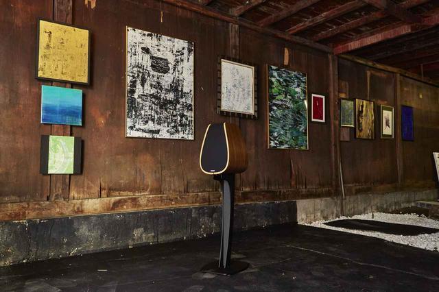 画像: 今は使われなくなった鉄工所を利用し、展示スペースとして蘇らせる。撮影は設営中のもので、映像展示用のディスプレイなども設置される