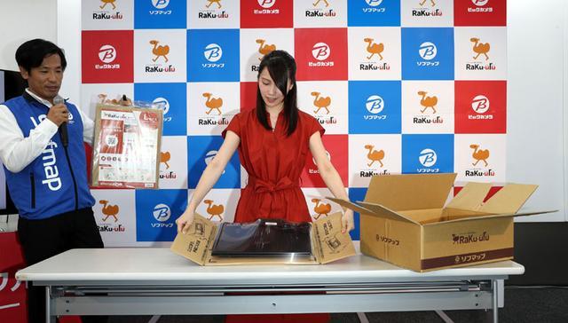 画像: ラクウルキットに製品を梱包するデモ